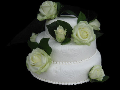 bruidstaart met verse rozen